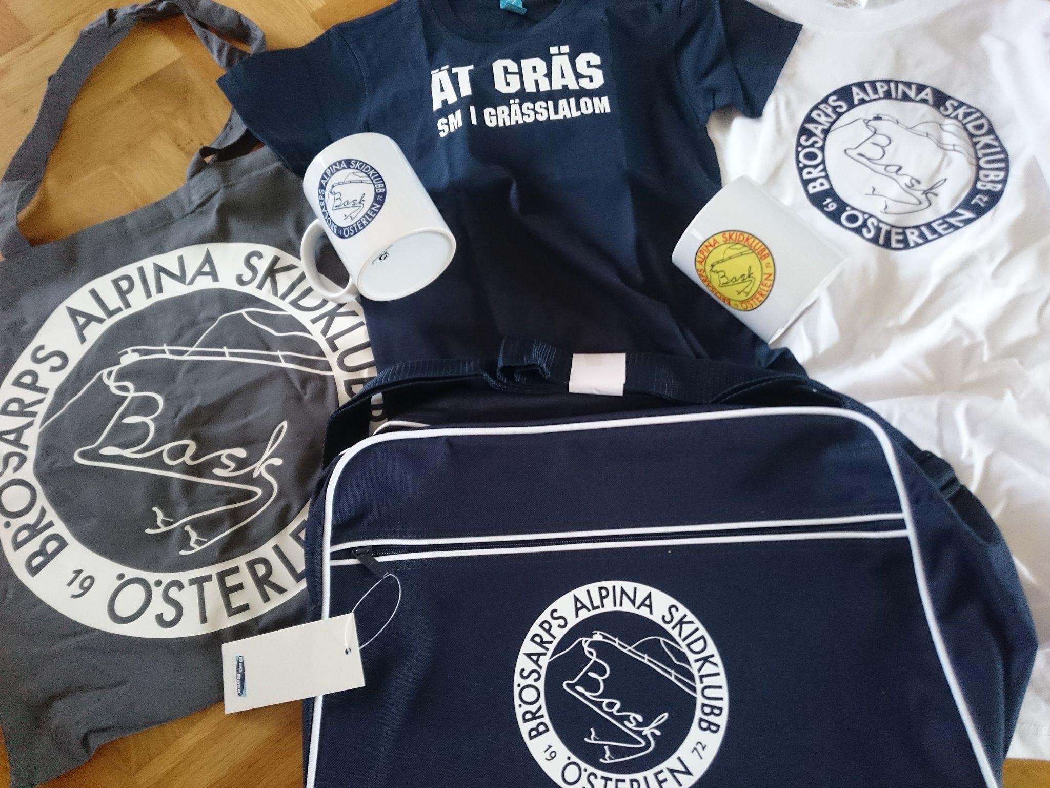 I Baskbutiken finns tröjor, kepsar, koppar och väskor med massor av olika motiv.